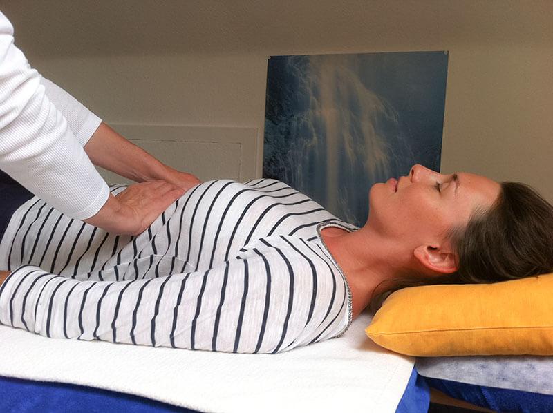 Reiki - Frau legt Hand auf Patientin