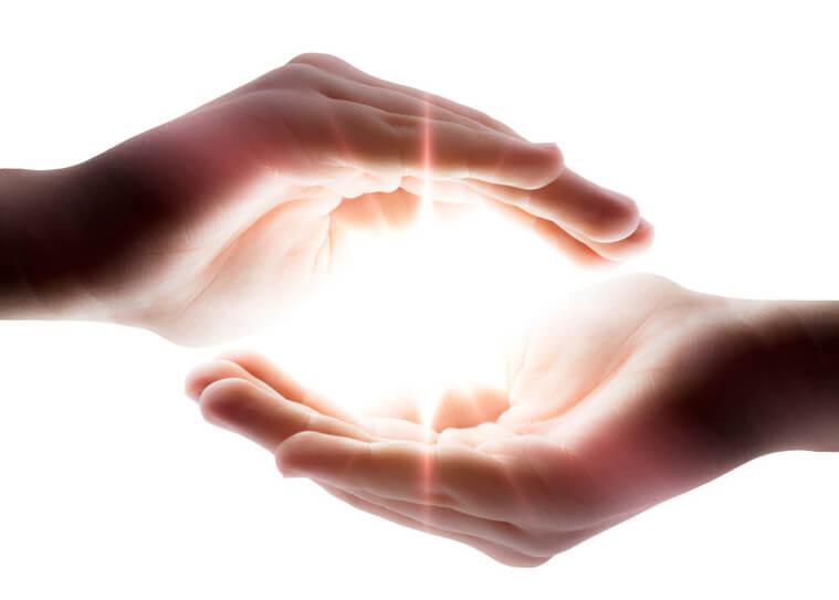 Reiki Bild mit zeigt Licht zwischen zwei Händen